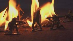Soldado de brinquedo no fogo O conceito da morte da guerra vídeos de arquivo
