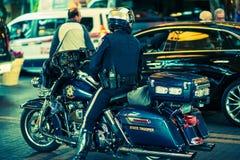 Soldado de caballería estatal en la motocicleta imagen de archivo