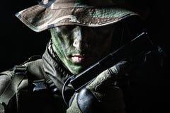 Soldado de Jagdkommando com pistola Fotografia de Stock Royalty Free