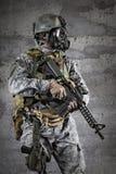 Soldado de la careta antigás con un rifle Fotografía de archivo libre de regalías