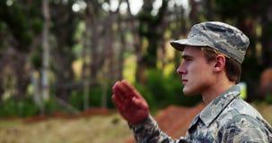 Soldado de la fuerza aérea que se coloca en la postura 4k de la atención almacen de video