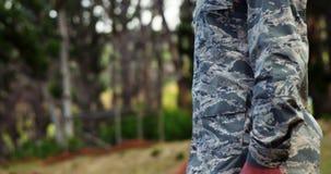 Soldado de la fuerza aérea que se coloca en la postura 4k de la atención metrajes