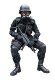 Soldado de la fuerza especial que se sienta en fondo del aislamiento Fotos de archivo