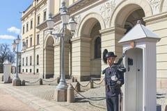 Soldado de la guardia, miembro de Hans Majestet Kongens Garde HMKG, en deber de centinela en Royal Palace en Oslo, Noruega fotografía de archivo libre de regalías