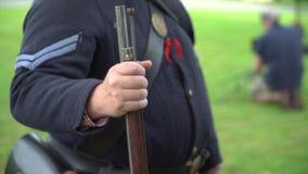 Soldado de la guerra civil que sostiene su rifle almacen de metraje de vídeo