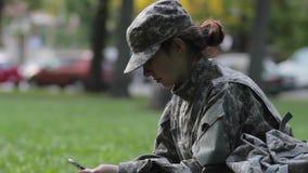 Soldado de la mujer que usa el teléfono almacen de metraje de vídeo