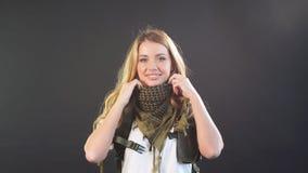Soldado de la mujer vestido en portador y warbelt de la placa Mujeres, concepto del ej?rcito almacen de video