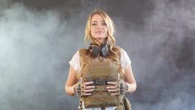 Soldado de la mujer vestido en portador y warbelt de la placa Mujeres, concepto del ej?rcito metrajes