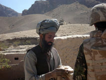 Soldado de la OTAN que obtiene el Info en Afganistán Imagen de archivo libre de regalías