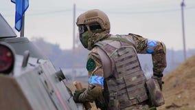 Soldado de las fuerzas especiales con el vehículo blindado metrajes