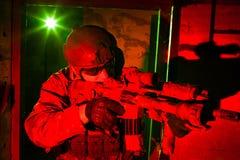 Soldado de las fuerzas especiales durante la misión de la noche Fotografía de archivo libre de regalías