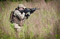 Soldado de las fuerzas especiales en patrulla Imágenes de archivo libres de regalías