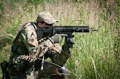 Soldado de las fuerzas especiales que apunta en enemigo Foto de archivo libre de regalías