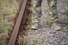 Soldado de las piernas en uniforme cerca de las pistas ferroviarias Imagen de archivo
