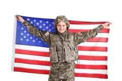 Soldado de sexo femenino con la bandera americana imágenes de archivo libres de regalías