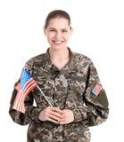 Soldado de sexo femenino con la bandera americana foto de archivo