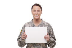 Soldado de sexo femenino del ejército con un cartel Imágenes de archivo libres de regalías