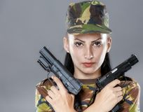 Soldado de sexo femenino en uniforme del camuflaje con el arma Fotografía de archivo libre de regalías