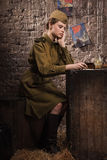 Soldado de sexo femenino soviético en el uniforme de la Segunda Guerra Mundial Fotografía de archivo libre de regalías