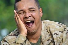 Soldado de sexo masculino apuesto soñoliento imagen de archivo libre de regalías