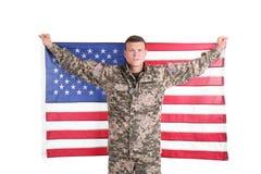 Soldado de sexo masculino con la bandera americana foto de archivo libre de regalías