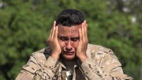 Soldado de sexo masculino hispánico infeliz afligido almacen de metraje de vídeo