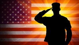 Soldado de sexo masculino orgulloso del ejército que saluda en fondo de la bandera americana Foto de archivo
