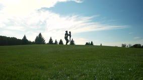 Soldado de tierra bajo de la visión que balancea encima de su hija almacen de metraje de vídeo