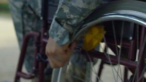 Soldado de Wheelchaired que tenta viver sobre com os ferimentos e o traumatismo psicológico video estoque