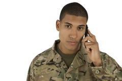 Soldado del afroamericano que habla en el teléfono Foto de archivo libre de regalías