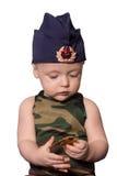 Soldado del bebé en uniforme en un fondo negro El muchacho en las FO Imagen de archivo libre de regalías