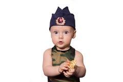 Soldado del bebé en uniforme en un fondo negro El muchacho en las FO Foto de archivo libre de regalías