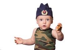 Soldado del bebé en uniforme en un fondo negro El muchacho en las FO Fotografía de archivo