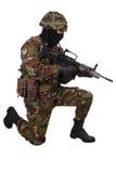 Soldado del ejército británico con el rifle de asalto Foto de archivo libre de regalías