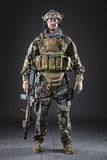 Soldado del Ejército de los EE. UU. en fondo oscuro imagen de archivo libre de regalías