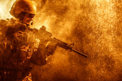 Soldado del Ejército de los EE. UU. en la lluvia imágenes de archivo libres de regalías