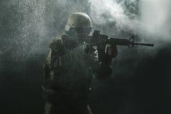 Soldado del Ejército de los EE. UU. en la lluvia fotos de archivo libres de regalías