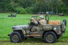 Soldado del Ejército de los EE. UU. que enciende su carabina M1A1 Imagenes de archivo