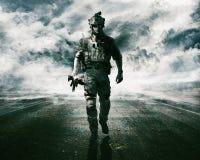 Soldado del ejército en el camino Fotos de archivo
