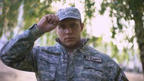 Soldado del ejército en el uniforme militar que mira la cámara, militar profesional almacen de video