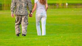 Soldado del ejército juntado con la esposa, cierre para arriba almacen de metraje de vídeo