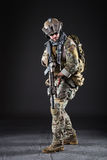 Soldado del Ejército de los EE. UU. en fondo oscuro Fotos de archivo
