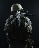 Soldado del Ejército de los EE. UU. en la lluvia Imagenes de archivo