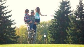 Soldado del papá que lleva a dos hijas almacen de video