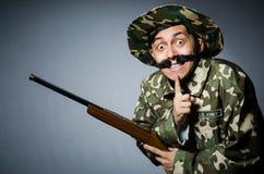 Soldado divertido contra Imagen de archivo