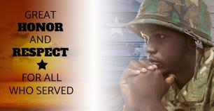 soldado do dia de veteranos na frente da bandeira Imagem de Stock