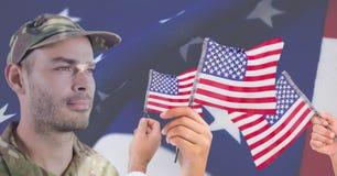 soldado do dia de veteranos na frente das bandeiras Imagens de Stock Royalty Free