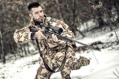 Soldado do exército com arma e rifle na operação no campo de batalha Fotografia de Stock Royalty Free