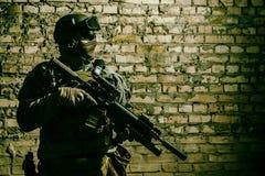 Soldado do exército com armas fotos de stock royalty free