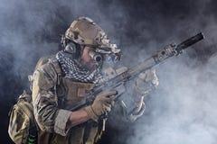 Soldado do exército dos EUA na ação com os óculos de proteção no fumo Imagem de Stock